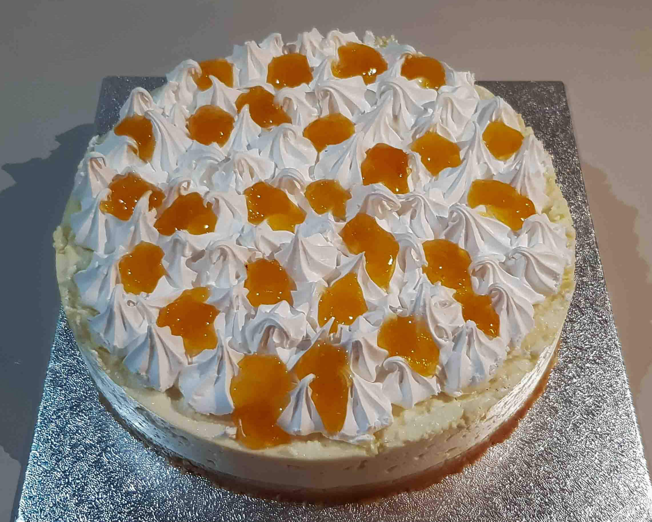 Baked meringue cheesecake with apricot jam